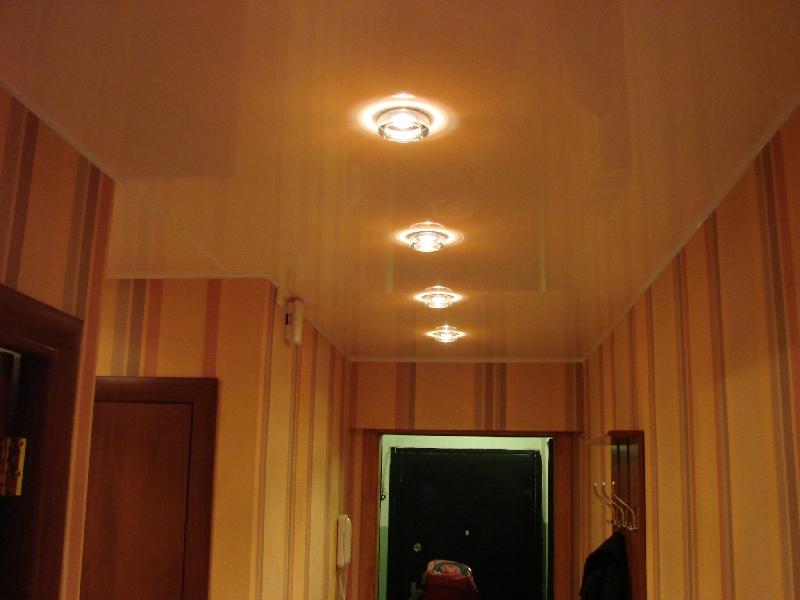 Пластиковый потолок в коридоре фото