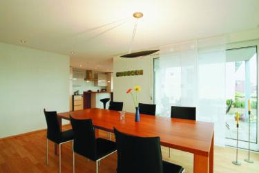 Белый тканевый натяжной потолок Clipso со встроенными светильниками в загородном доме