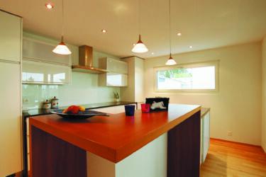 Тканевый натяжной потолок Clipso для кухни со встроенными точечными светильниками и люстрами