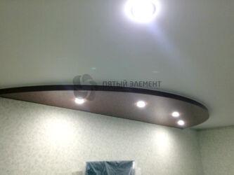 Двухуровневый потолок выделяет зону телевизора