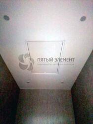 Натяжной потолок со встроенным люком, обеспечивающим доступ к коммуникациям