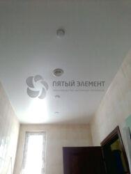 Натяжной потолок в коридоре со светильниками и вентиляцией