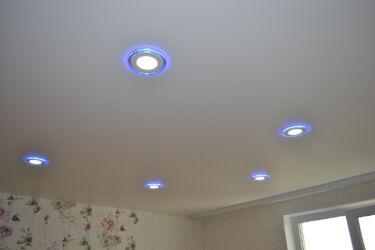 Натяжные-потолки-с-точечными-светильниками