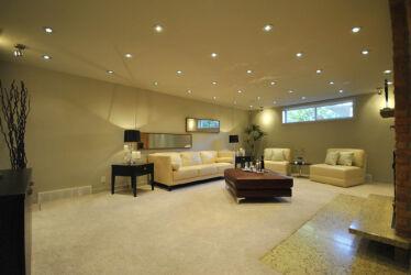 натяжной-потолок-со-светильниками