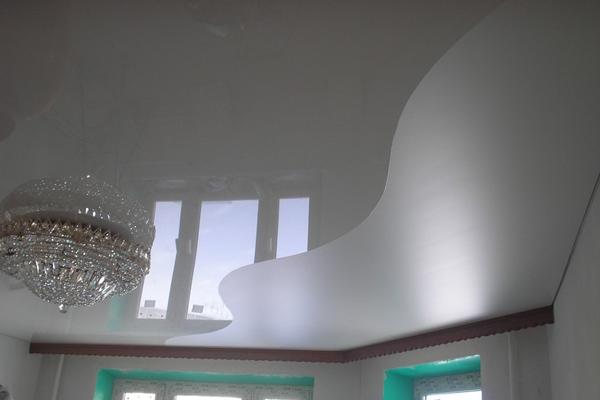 Фото натяжного потолка двух цветов