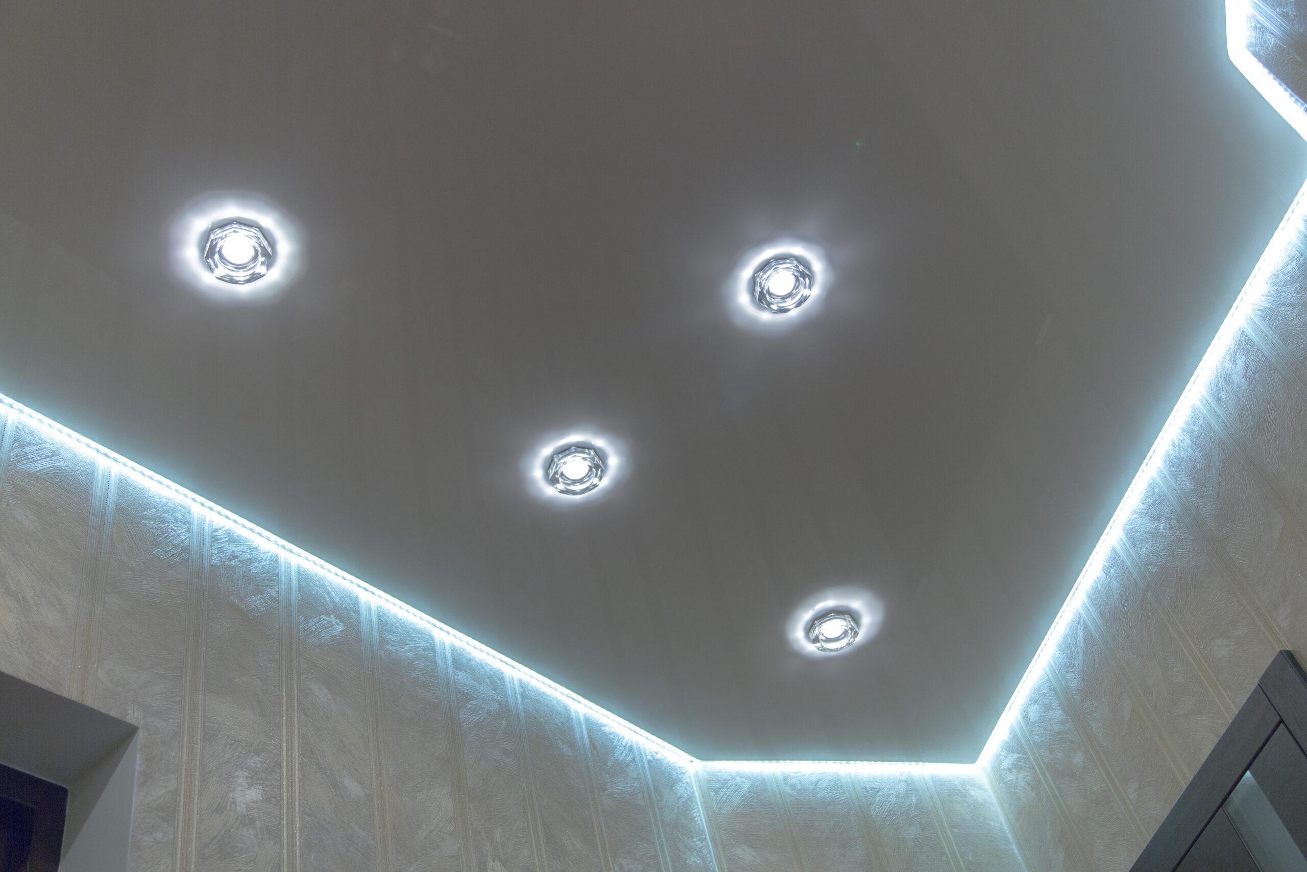 Парящий потолок с подсветкой и светильниками