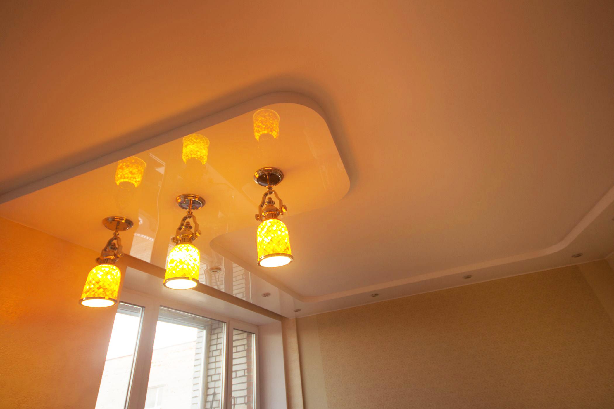 Двухуровневая конструкция - уровень выполнен из белого глянца с монтажом подвесных и точечных светильников