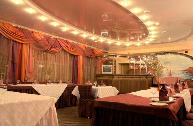 Шикарный глянцевый двухуровневый потолок с установкой точечных светильников и люстры- отличное решение для придания величественности и элегантности вашего помещения