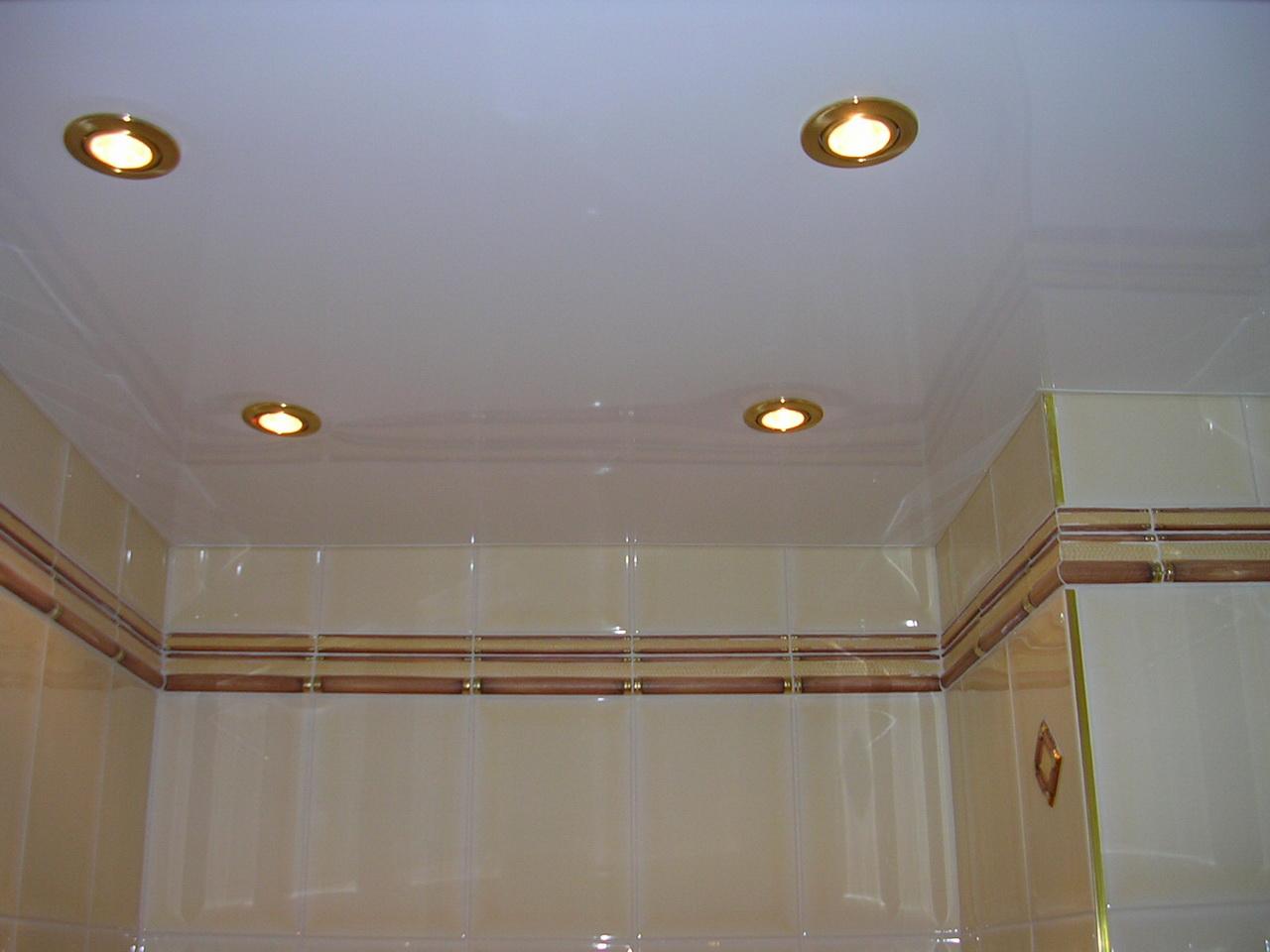 Глянцевый потолок в совмещенной санузле