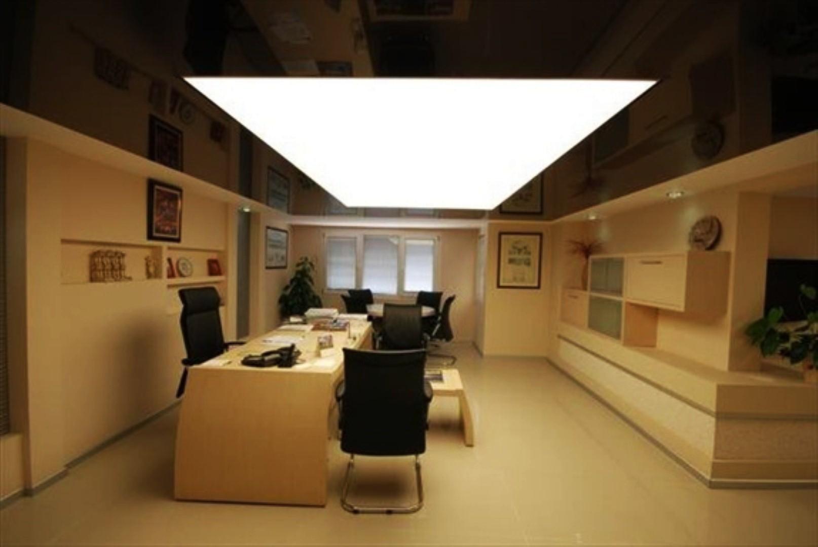 Двухуровневый потолок со светпрозрачный серединой и скрытой светодиодной лентой