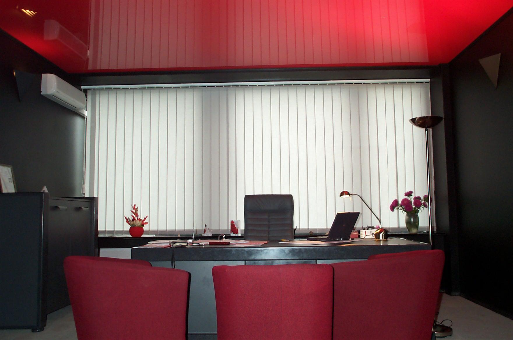 Красный глянцевый потолок со светодиодной подсветкой-смелый вариант для кабинета