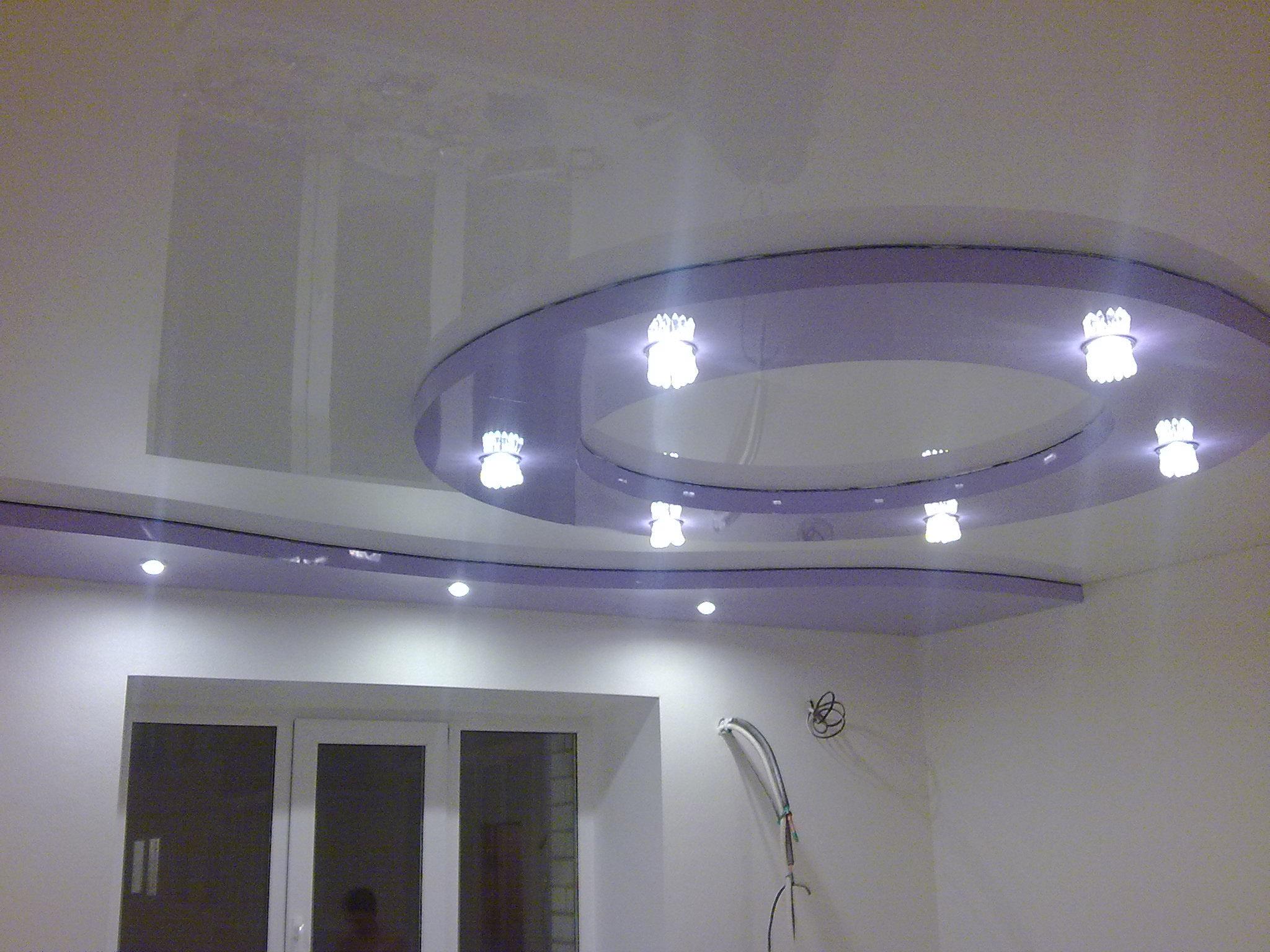 Глянцевый натяжной потолок бело-сиреневого цвета с двойной двухуровненой конструкцией и встроенными светильниками