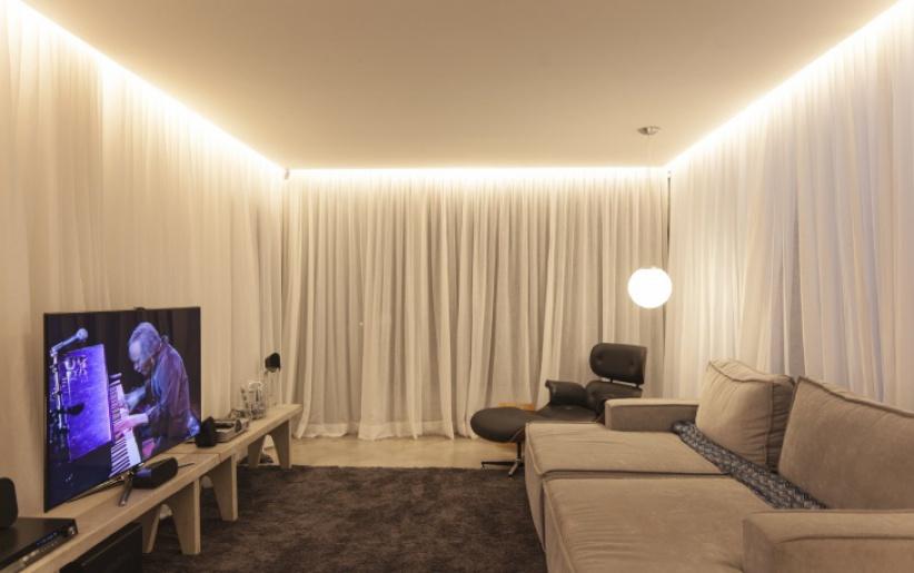 Парящий натяжной потолок со светодиодной белой подсветкой в гостиной
