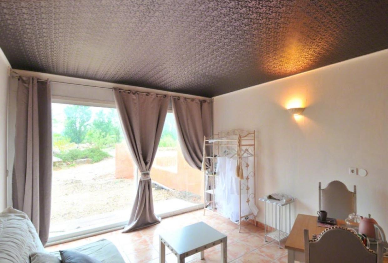 Фактурный сатиновый натяжной потолок в гостиной - оригинальное решение которое подчеркнет вашу индивидуальность