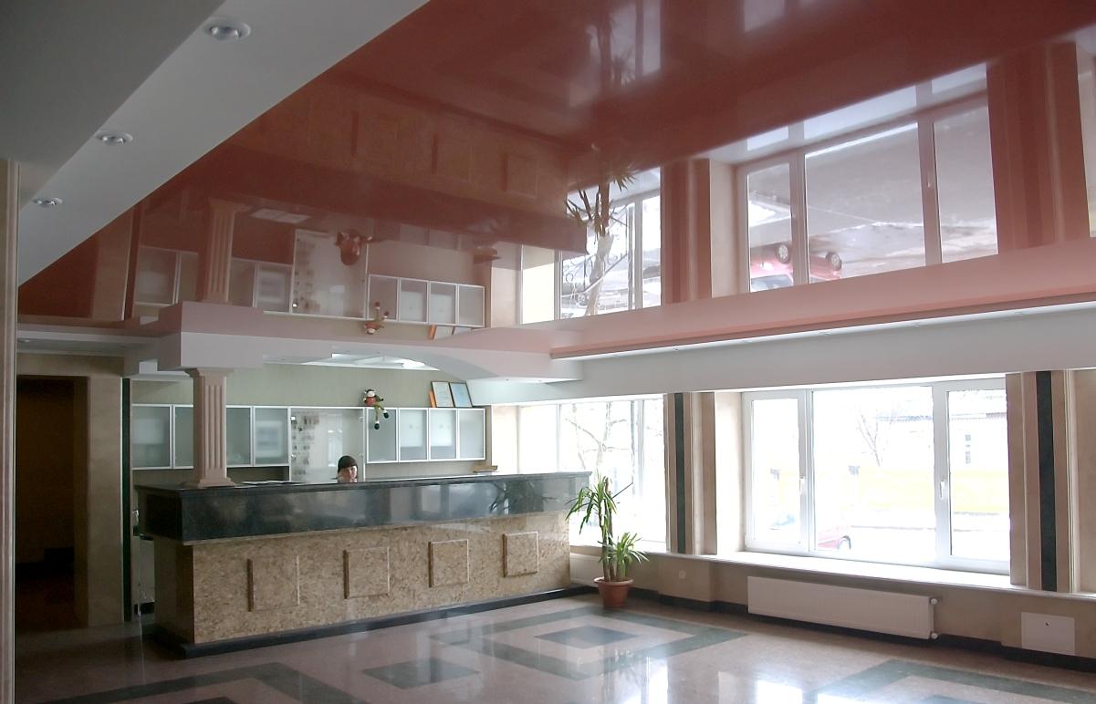Натяжной потолок из цветного глянцевого полотна для ресепшена одного из отелей