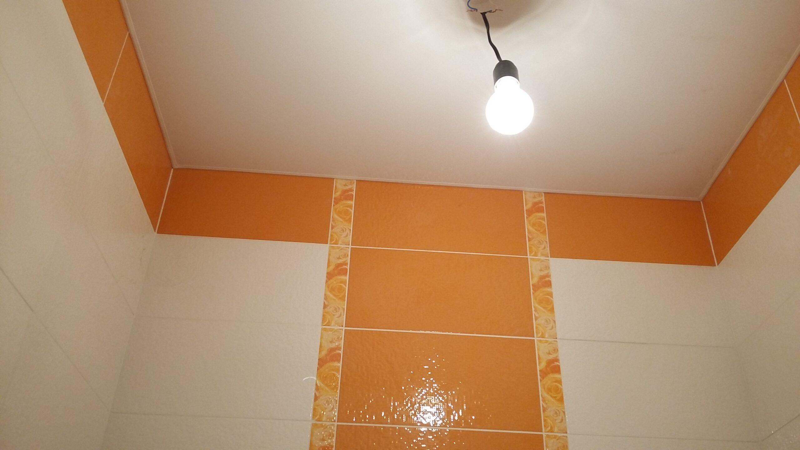 Только что сделанный потолок в туалете