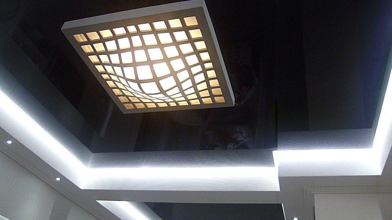 Парящий натяжной потолок с белой светодиодной лентой для офисного помещения