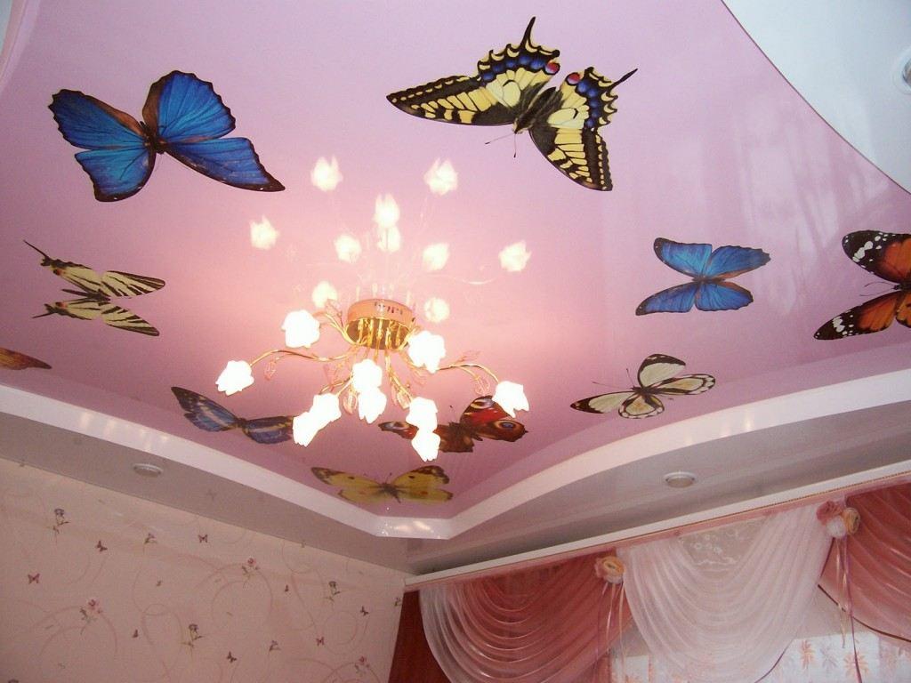 Цветные глянцевые двухуровневые потолки с фотопечатью на верхнем уровне