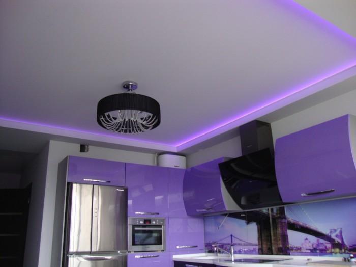 Классический двухуровневый потолок выполненный из белого матового полотна со светодиодной подсветкой и установкой люстры