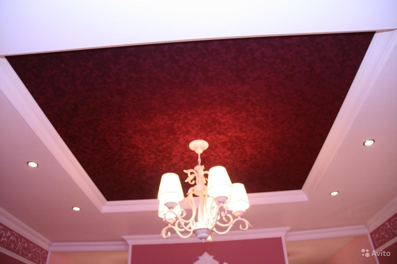 Многоуровневый натяжной потолок с использование фактурного красного полотна