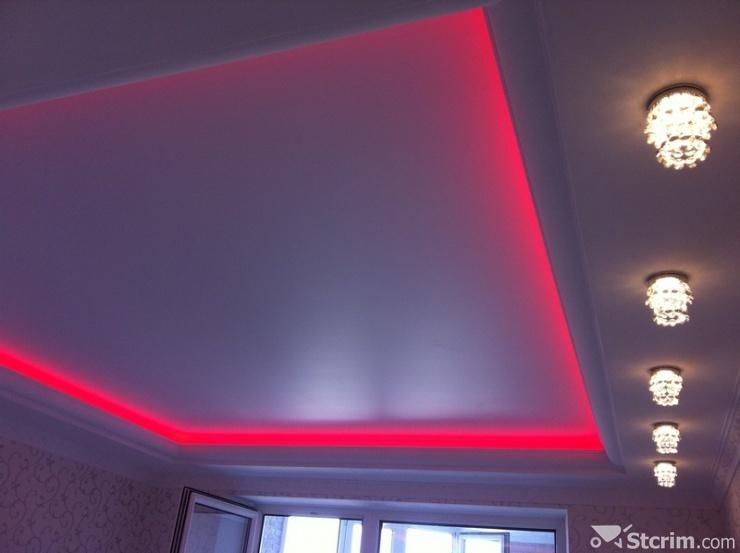 Сатиновый белый двухуровневый потолок со светодиодной лентой и с установкой светильников