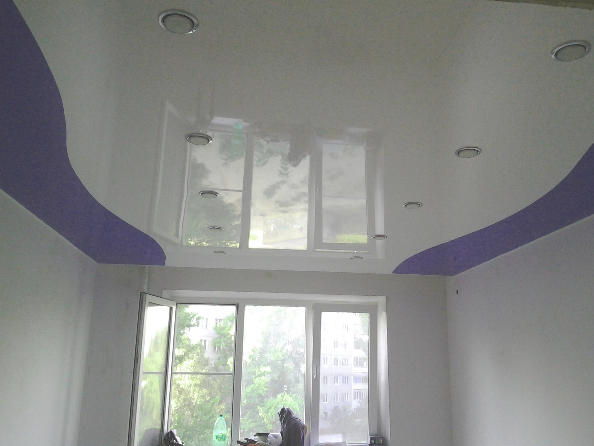 Криволинейный потолок в сочетании матового цветного полотна с белым глянцем и установкой точечных светильников