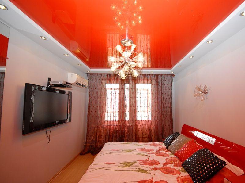 Двухуровневый потолок с краями белого мата и ярким акцентом цветного глянца внутри