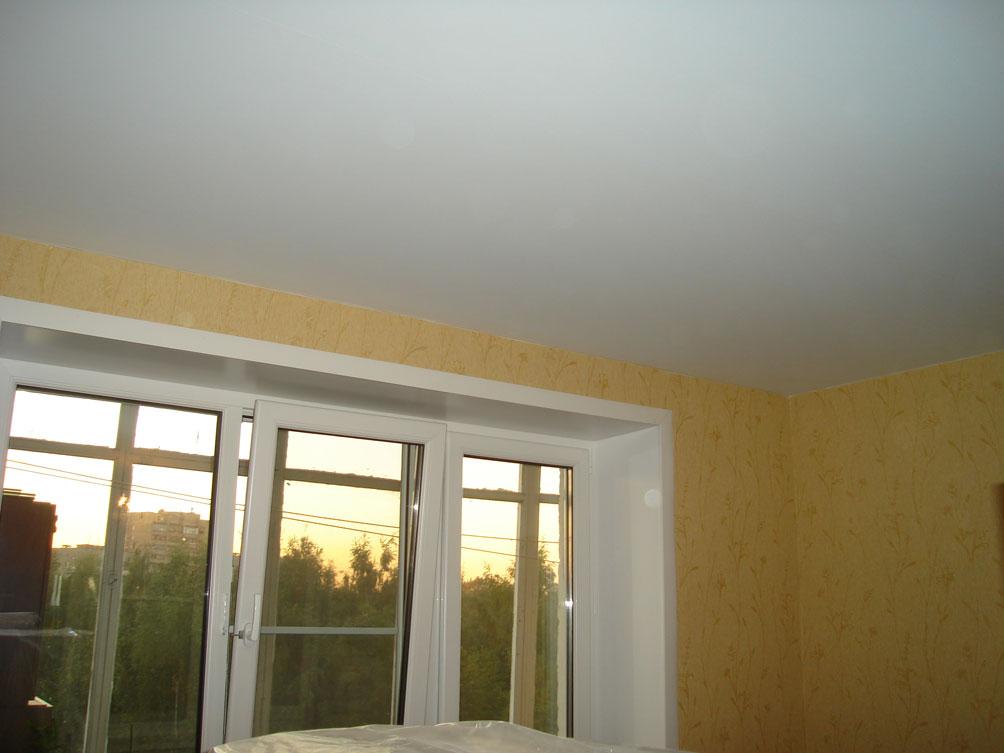 Матовый бесшовный, белый потолок в спальне
