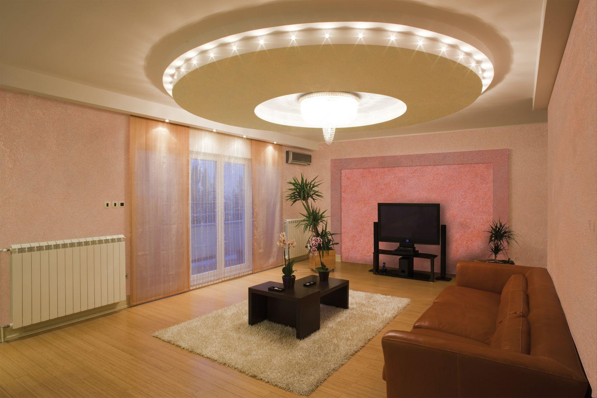 Глянцевый потолок в бассейне со светодиодной подсветкой