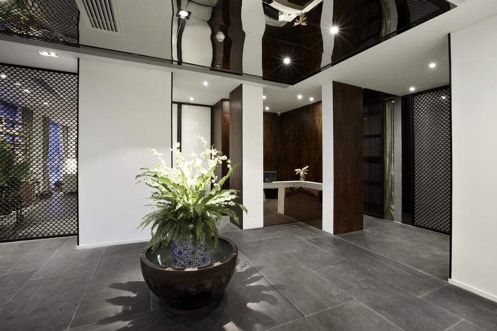 Двухуровневый натяжной потолок из черной глянцевой факутры в офисном помещении