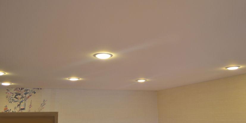 Белый тканевый потолок со светодиодными лампами-гармоничное сочетание тканевой фактуры и освещения