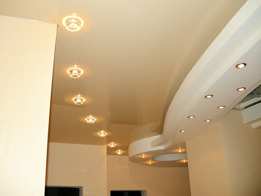 Натяжной глянцевый потолок цвета шампань с гипсокартоновой конструкцией и светодиодными светильниками