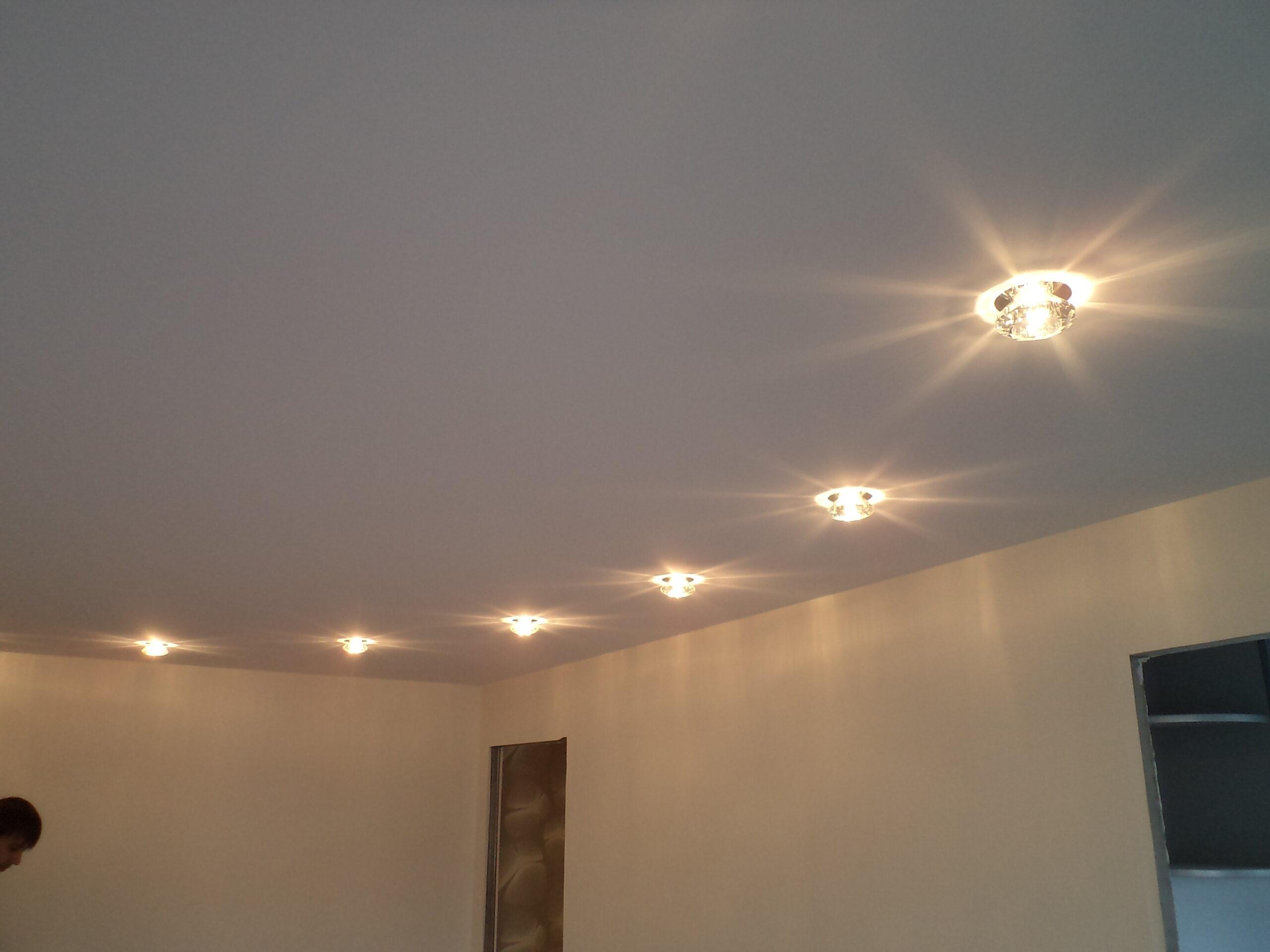 Тканевый потолок с дизайнерскими светильниками-стильный дизайн для различных помещений