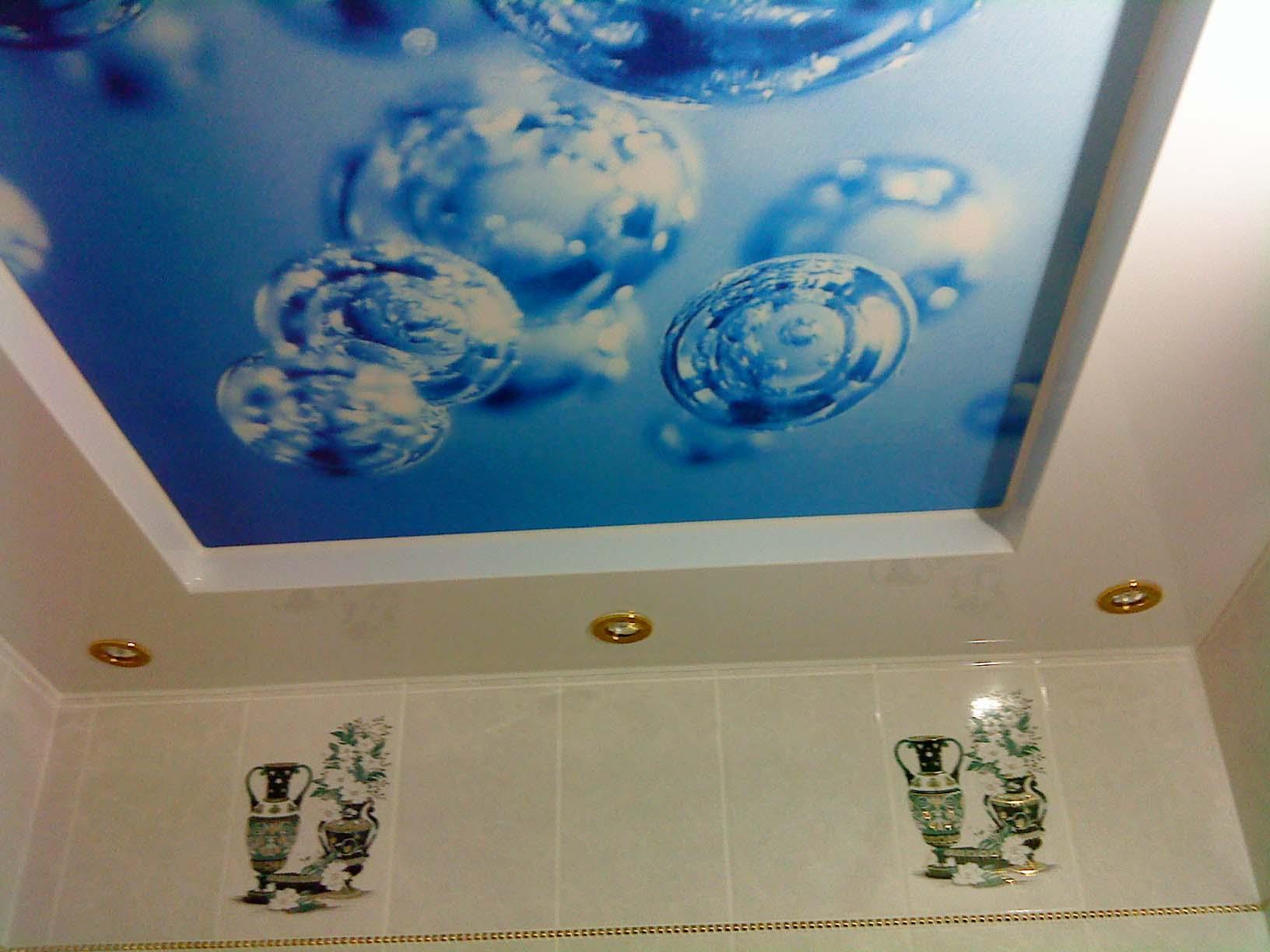 Двухуровневая конструкция с фотопечатью в ванной комнате и встроенными влагозащитными светильниками