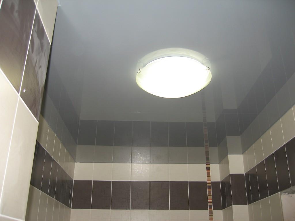 Глянцевый потолок в туалете сразу после ремонта
