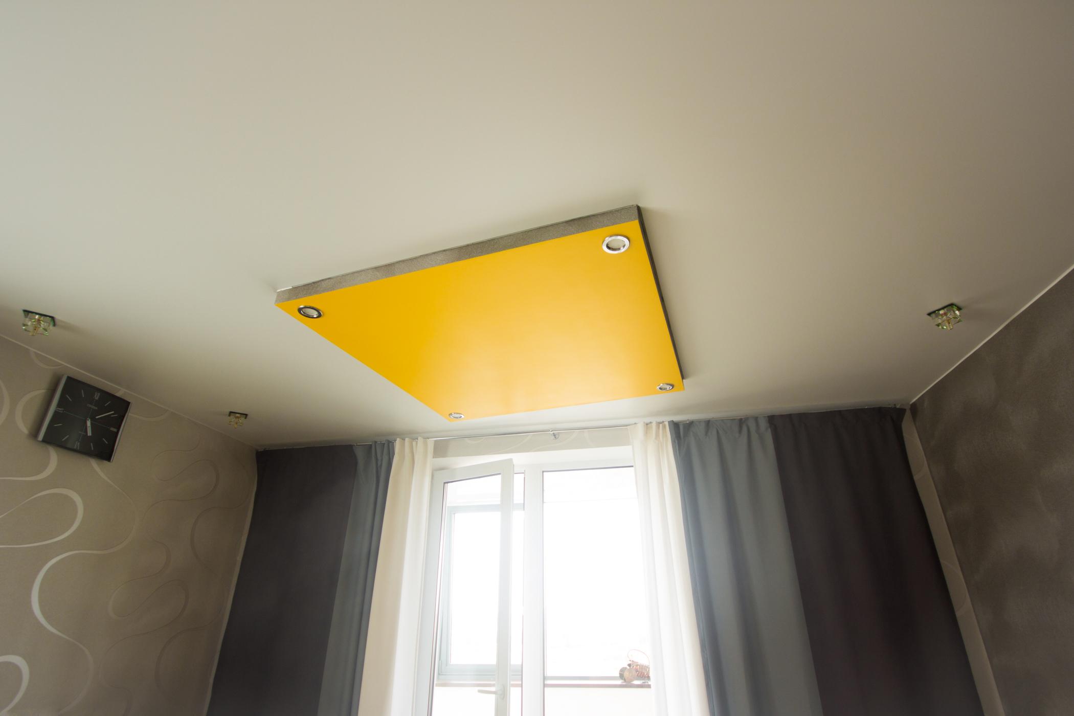 Натяжной потолок белый матовый со встроенными светильниками и нестандарной люстрой