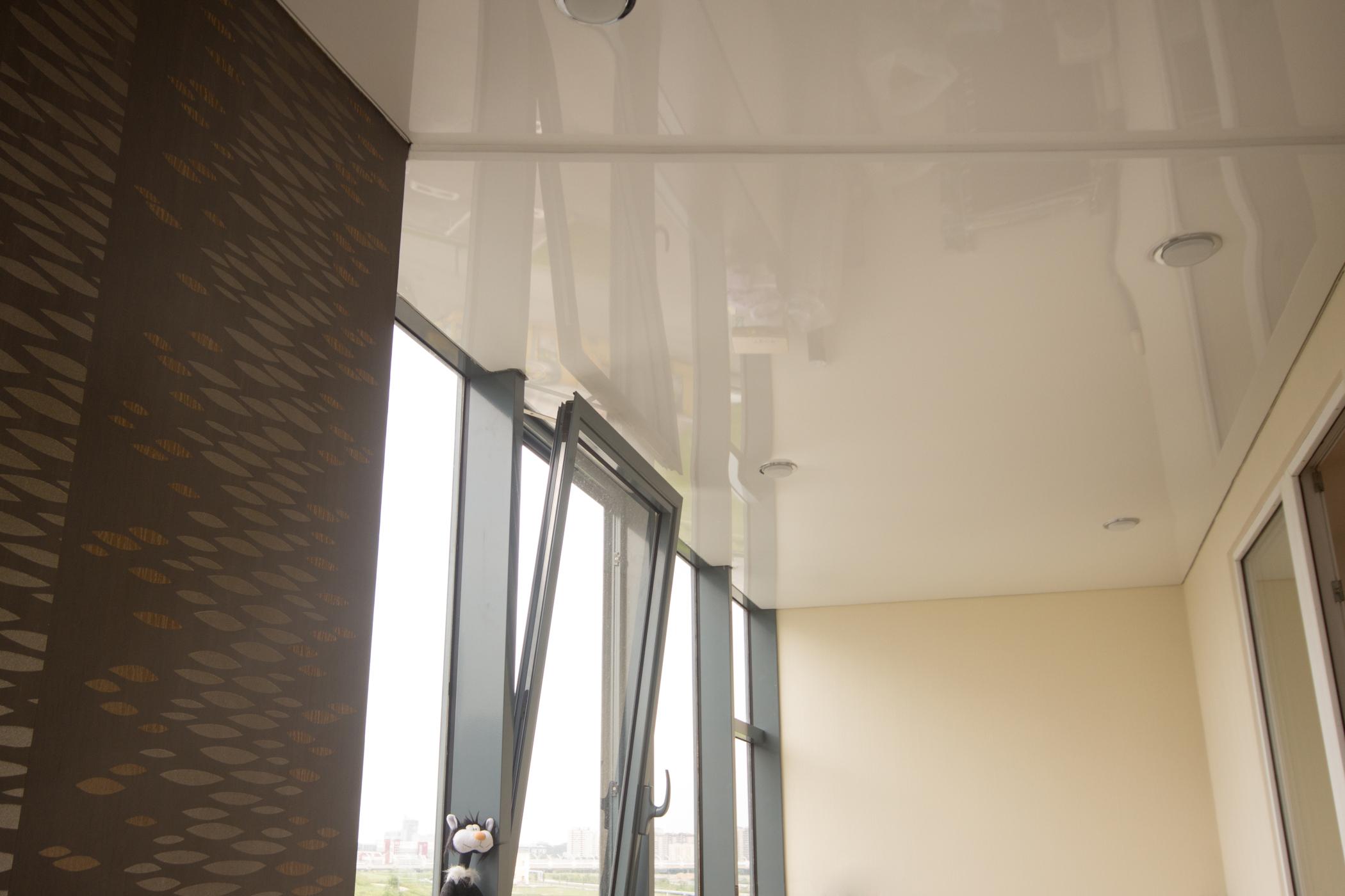 Глянцевый натяжной потолок со встроенными светильниками для утепленных лоджий