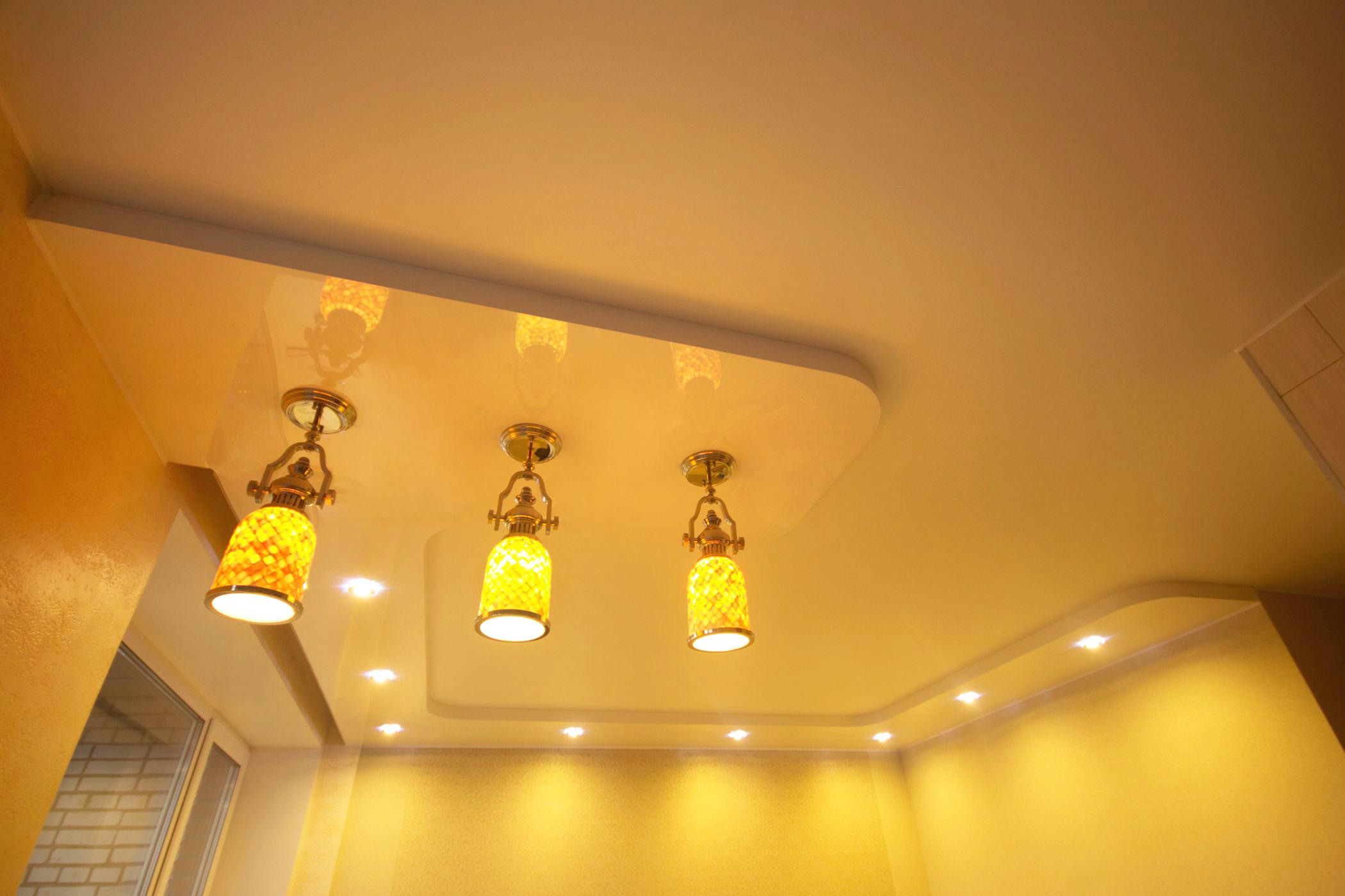 Двухуровневый натяжной потолок со светодиодными светильниками и подвесами
