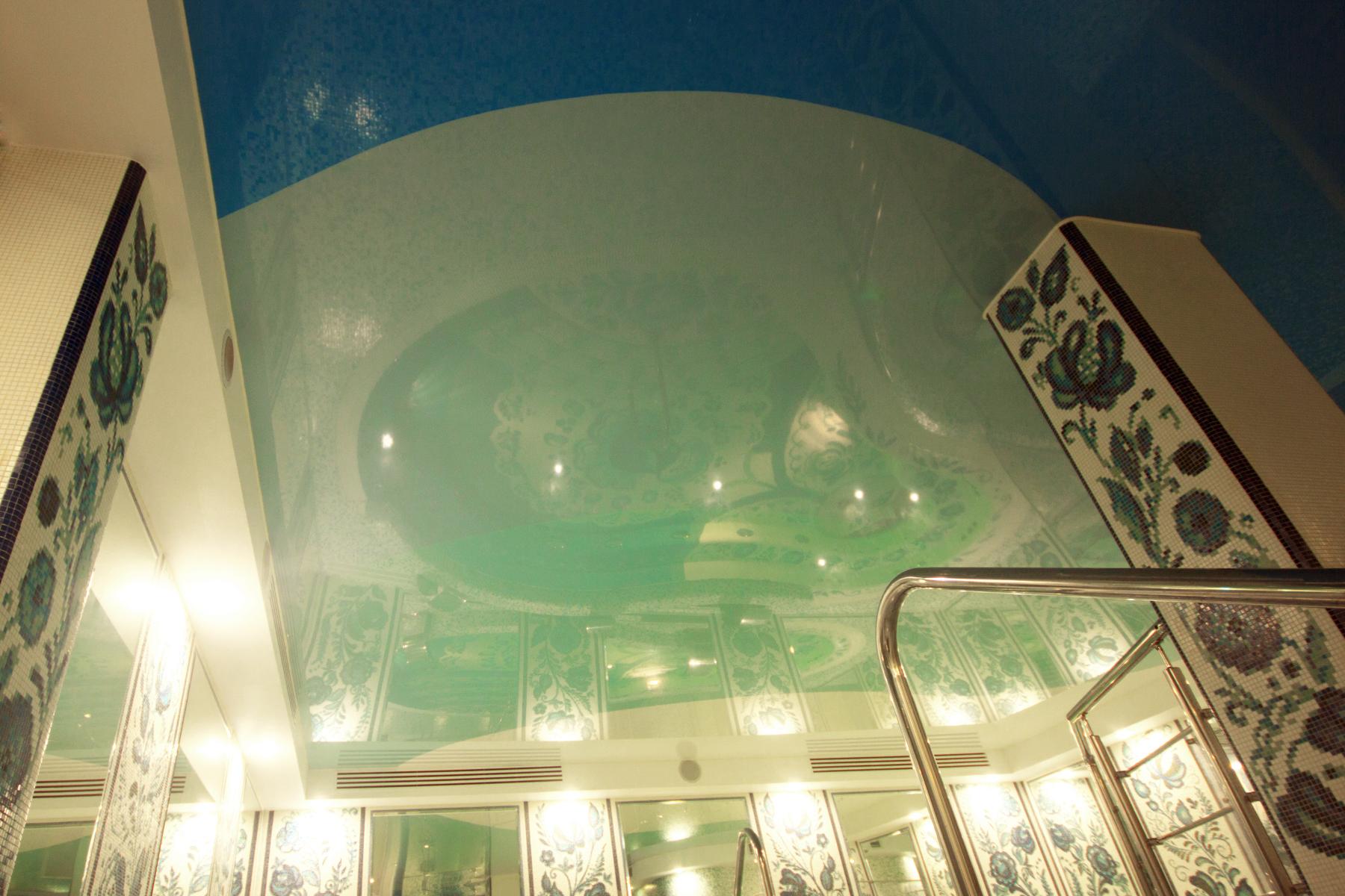 Спайка из цветных глянцевых полотен в бассейне