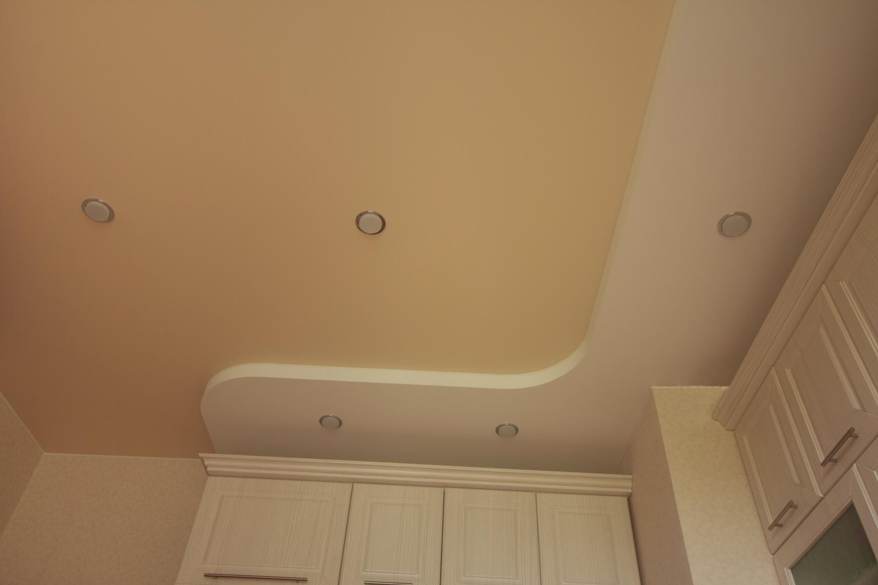 Двухуровневый натяжной потолок с цветным и белым матовым полотном и пятью встроенными светильниками