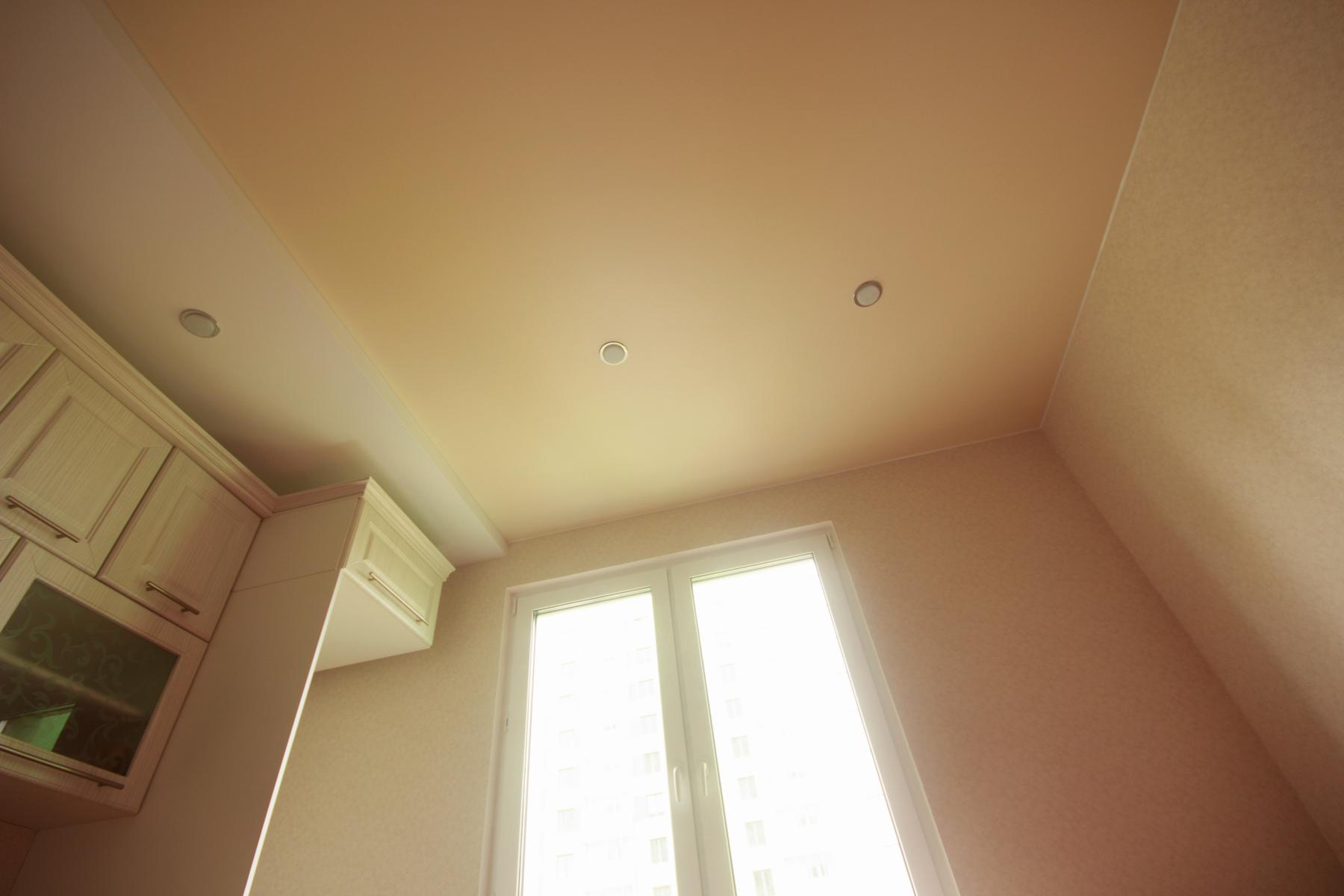 Двухуровневый натяжной потолок со встроенными светильниками для кухни
