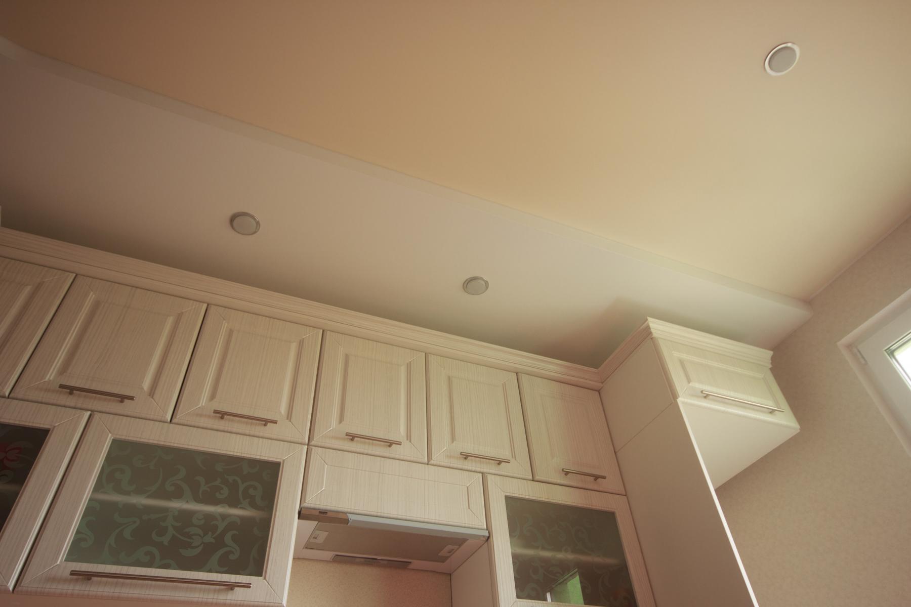 Двухуровневый натяжной потолок для кухни из матового полотна разных оттенков и встроенными светодиодными светильниками