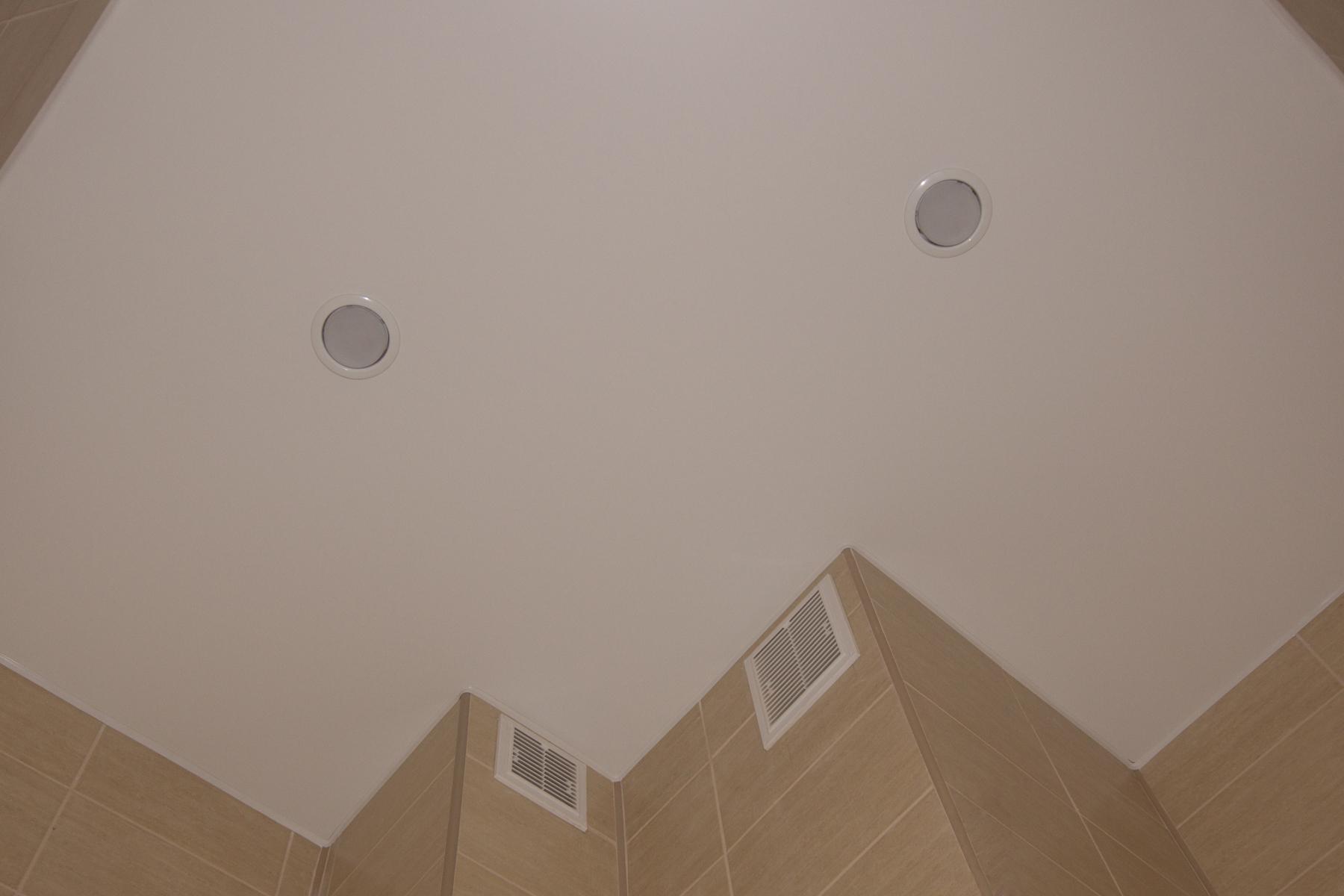 Белый матовый потолок с установкой точечных светильников