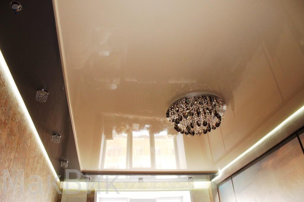 Двухуровневый натяжной потолок в зал с парящим профилем по периметру и подсветкой