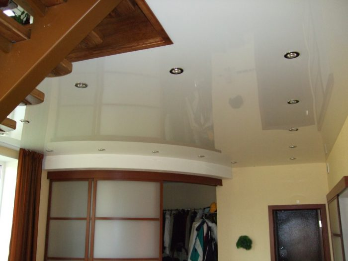 Глянцевый белый потолок с установкой точечных светильников