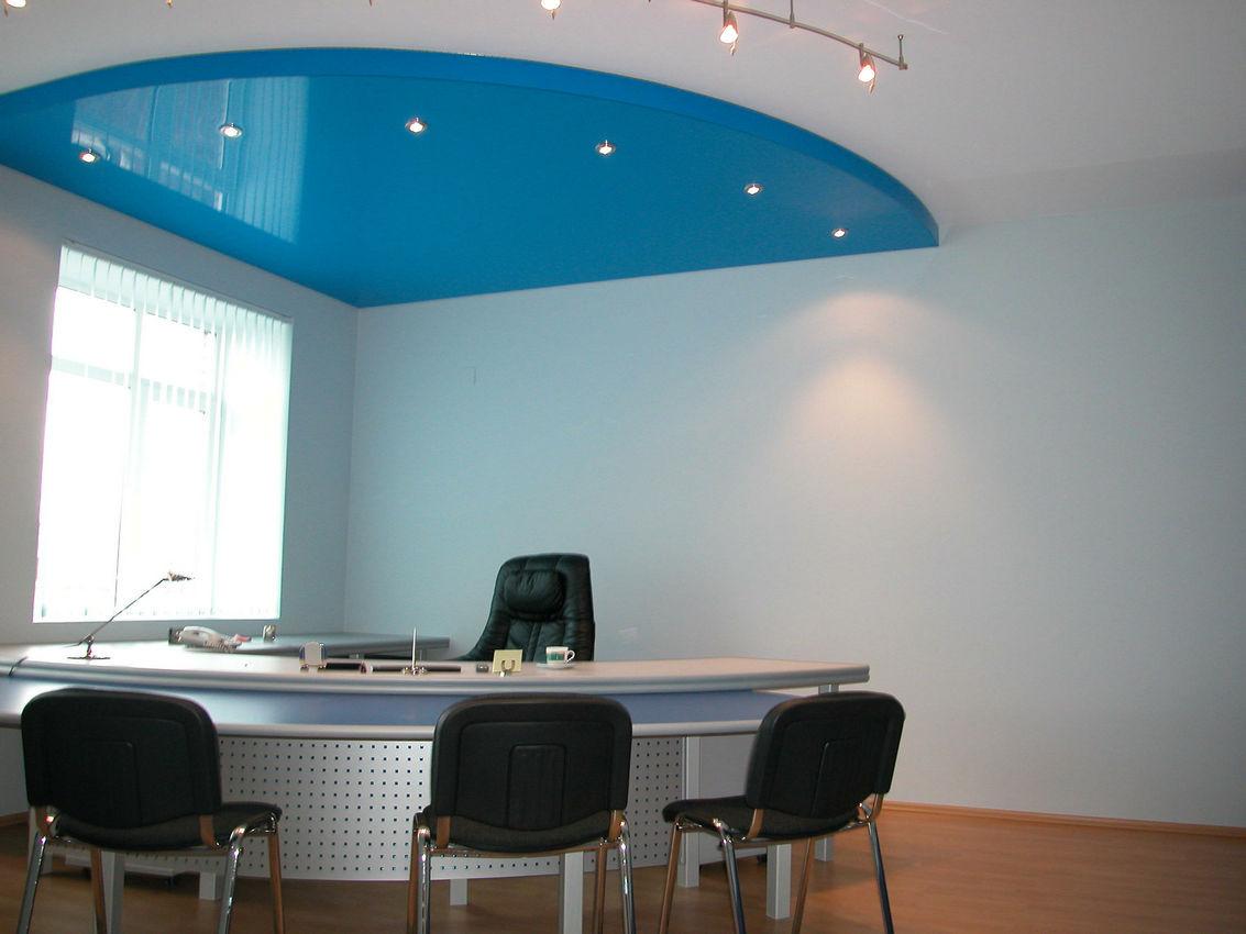Двухуровневый потолок из цветной глянцевой факутры подчеркнет строгость интреьера в офисе