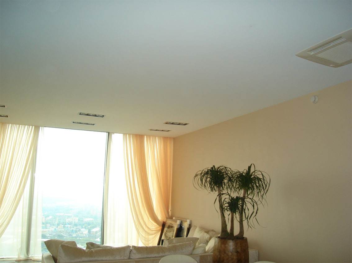 Матовый бесшовный, белый потолок с встроенной вентиляцией и скрытым карнизом