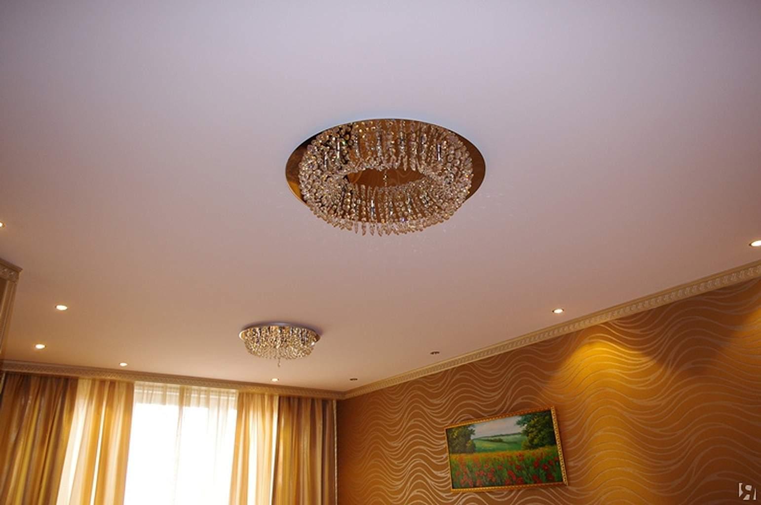 Белый тканевые бесшовный потолок с утопленной люстрой и светильниками