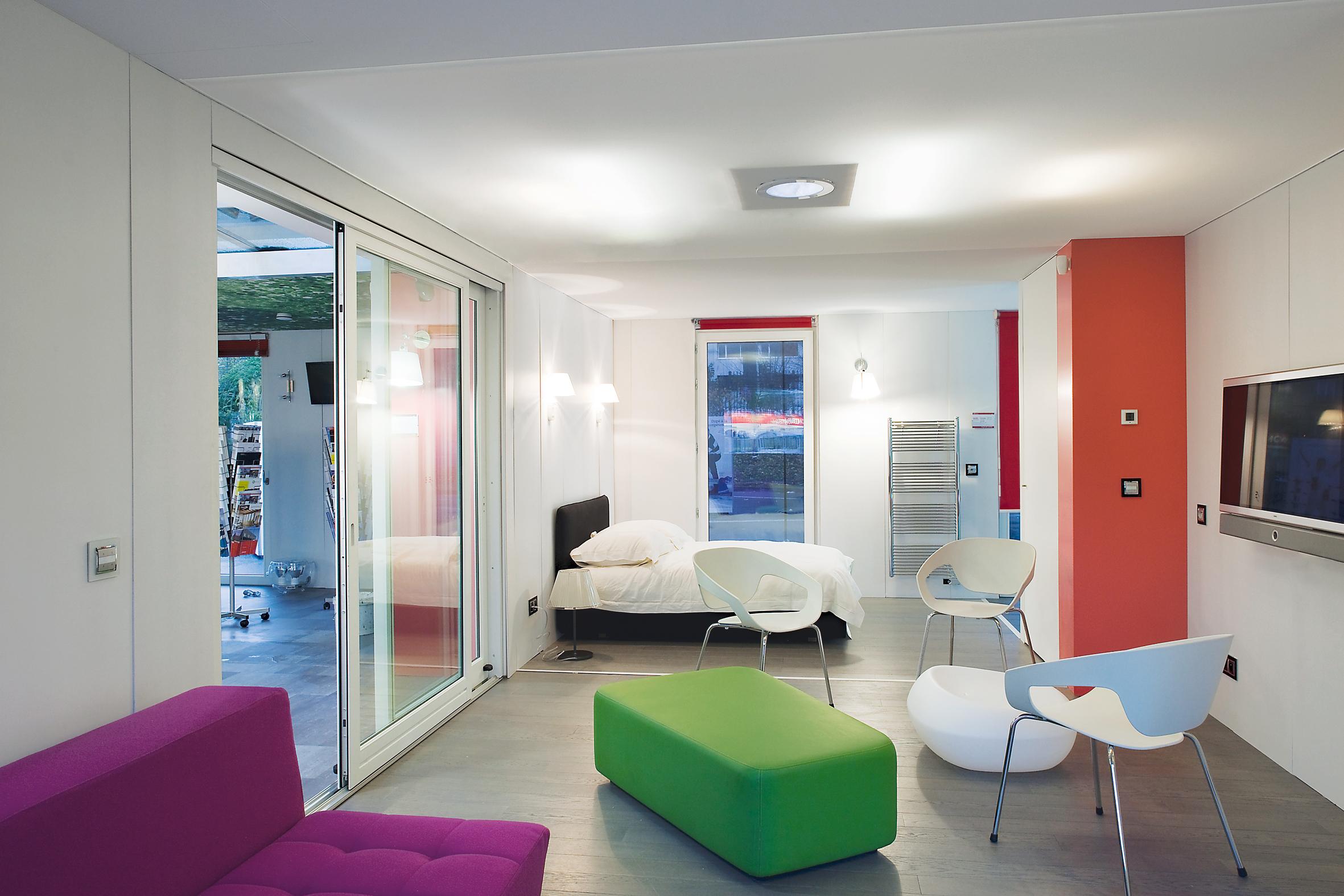 Натяжной потолок со встроенным квадратным светильником в интерьере молодежной комнаты