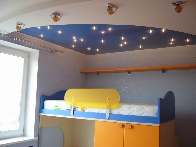 Двухуровневая конструкция имитирующая эффект звездного неба в детской